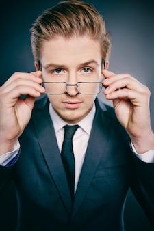 Ejecutivo poniéndose sus gafas