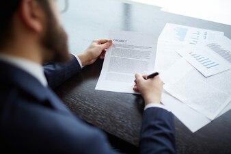 Ejecutivo revisando el contrato con la nueva empresa