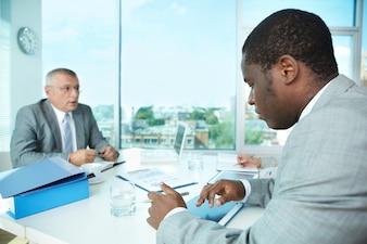 Ejecutivos hablando sobre la reunión en la oficina