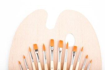 El cepillo de pintura en el fondo blanco