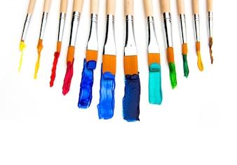 El cepillo de pintura y la pintura