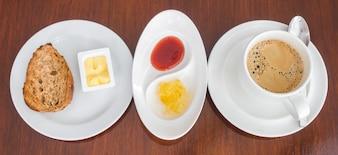 El desayuno con tostadas y café.