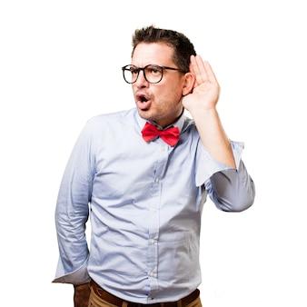 El hombre que lleva una pajarita roja. Prestar atención a un ruido.