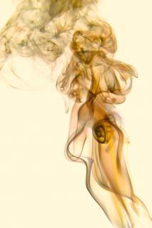 El humo de incienso aroma dinámico