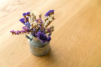 El manojo de hermosas flores en la mesa.