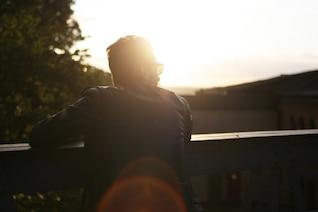 El muchacho y la luz del sol
