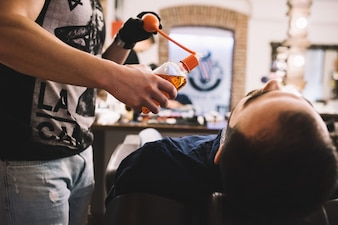 El novio sentado en la silla en peluquería