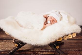 El pequeño bebé se encuentra en la cesta