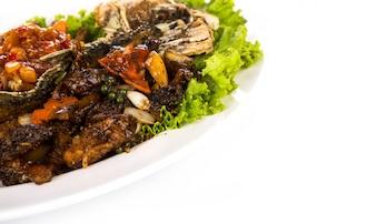 El pescado frito con salsa picante
