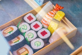 El sushi rueda de plástico en una vitrina