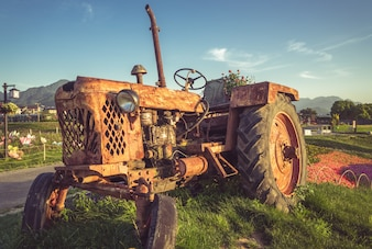 El tractor de fondo en la hierba