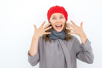 Emocionado mujer francesa mostrando manicura