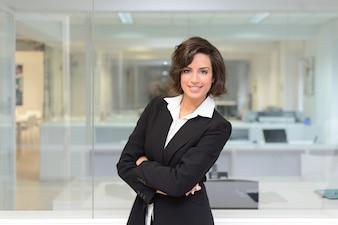 Empleada exitosa con camisa blanca y traje negro