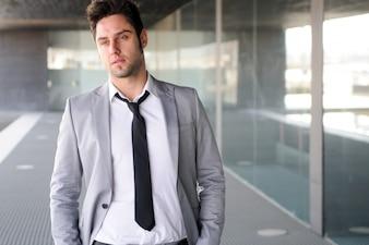 Empleado serio con corbata negra y traje gris