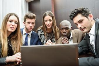 Empleados prestando atención al ordenador