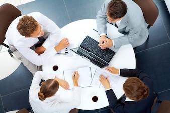 Empresa trabajo en equipo teclado juntos interacción