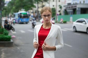 Empresaria con estilo serio joven en la calle
