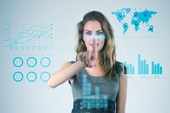 Empresaria que trabaja con las manos de las tecnologías virtuales modernas que tocan la pantalla.