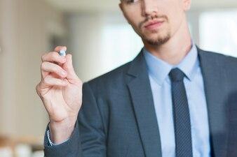 Empresario por escrito en la tarjeta de cristal con marcador
