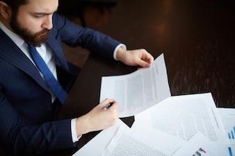 Empresario seguro revisando el contrato