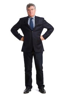 Empresario serio con las manos en la cintura