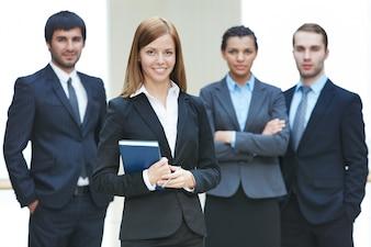 Empresarios competitivos con la líder delante