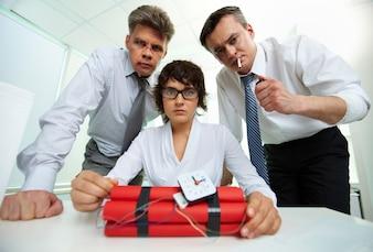 Empresarios con una bomba de tiempo