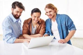 Empresarios inteligentes hablando sobre el proyecto en el portátil