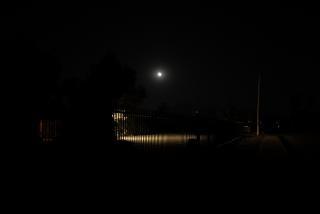 en la oscuridad de la noche