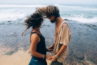 Enamorados mirando al mar