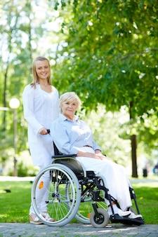 Enfermera paseando con la mujer mayor