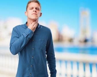 Enojado joven-hombre que sufre un throatache