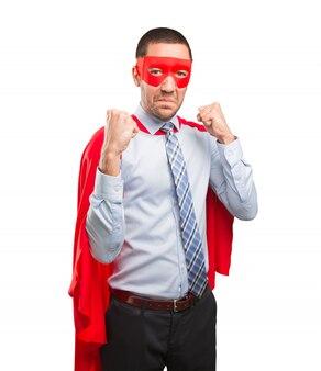 Enojado super hombre de negocios haciendo un gesto de lucha