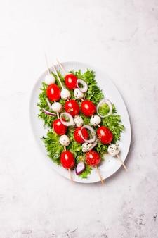 Ensalada con pinchos de queso y tomate