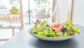 Ensalada de salmón ahumado con verduras