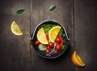 Ensalada deliciosa con con rodajas de naranja