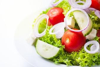 Ensalada en un plato blanco