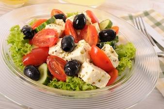 Ensalada griega en un tazón de vidrio