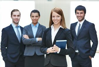 Equipo de empresarios amigables