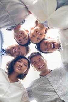Equipo de negocios exitoso de abrazar y sonreír