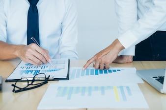Equipo de negocios presente. Inversor trabajando nuevo proyecto de inicio. Reunión de Finanzas.