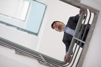 Escalera de la contemplación de negocios por debajo de un sueño