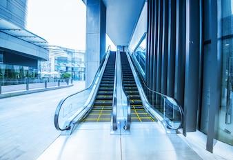 Escalera mecánica en el aeropuerto