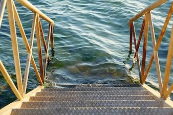Escaleras de metal junto al mar