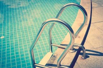 Escaleras en una piscina