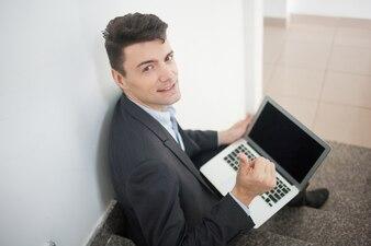 Escaleras gesto muestra de la mano de negocios que mira