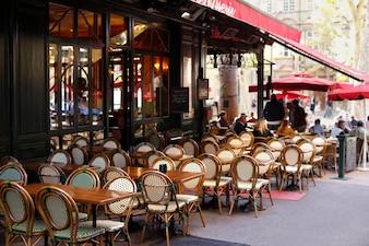 Escena del café típico en parís