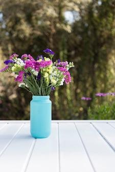 Escena natural con flores decorativas