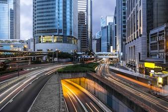 Escena nocturna urbana y pista de flujo de vehículos, Hongkong, China