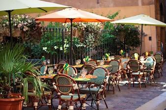 Escena típica de restaurante francés con mesas y sillas